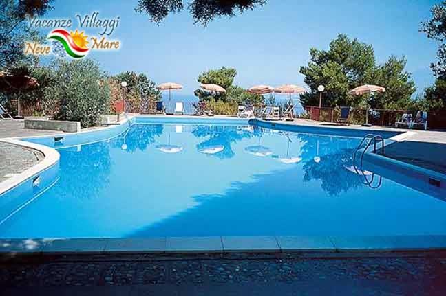 La piscina dell hotel.