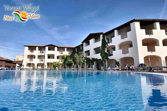 Hotel visto dalla piscina.