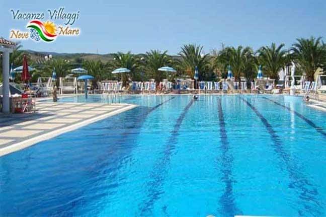 La piscina del villaggio.