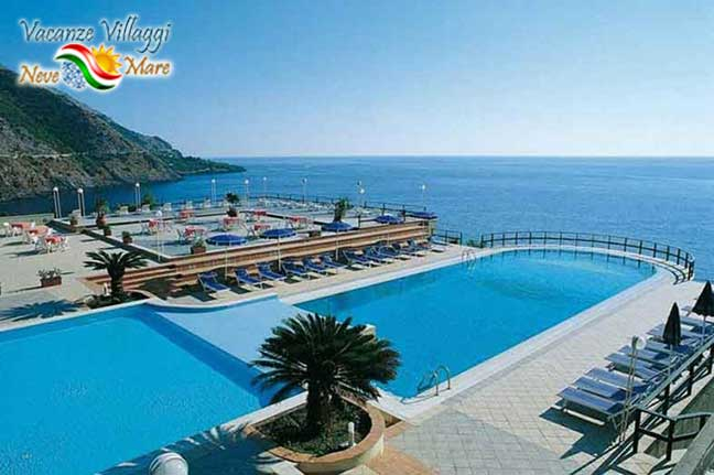 La piscina che si affaccia sul mare di Maratea.
