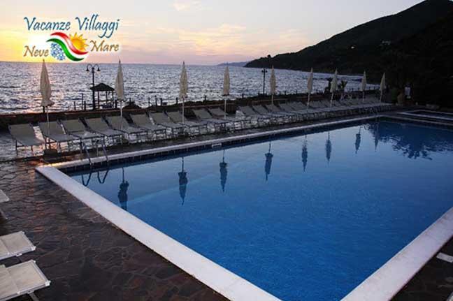 Tramonto in piscina a Palinuto