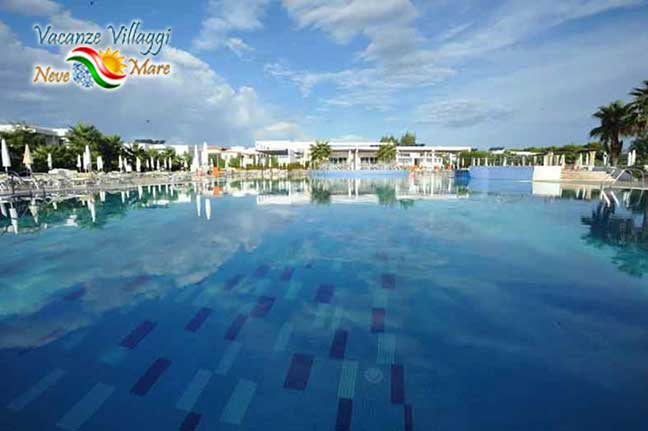 La grande piscina del Riva Marina Resort