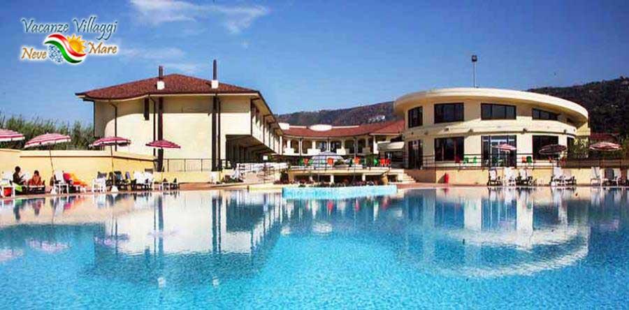 l hotel visto dalla piscina